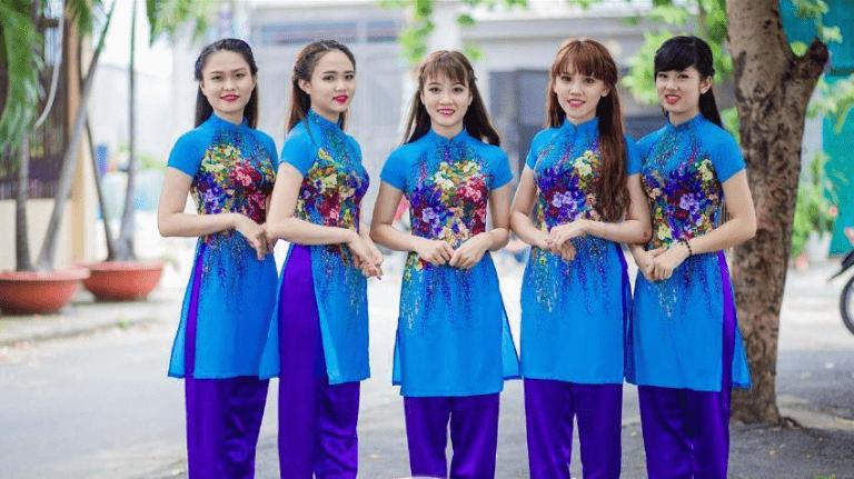 áo dài màu xanh thanh lịch