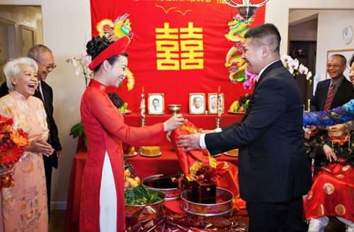 Cô dâu và chú rể tuần tự trao nhẫn cưới cho nhau