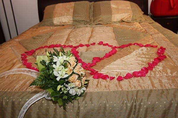 phòng tân hôn được trang trí đầy hoa hồng