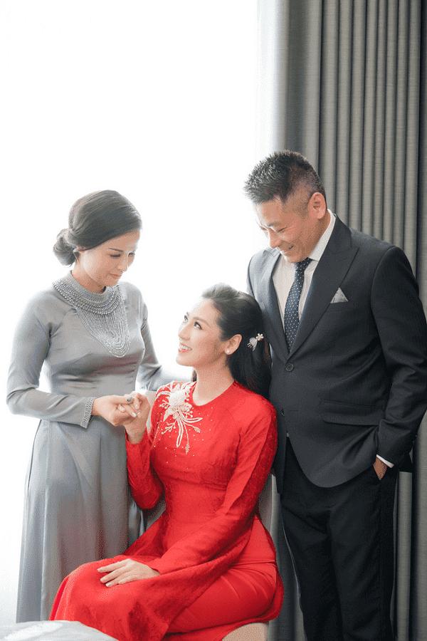 các mỹ nhân trong showbiz Việt đã lần lượt chọn những chiếc áo dài cưới màu đỏ rực rỡ này làm trang phục chính cho ngày trọng của cuộc đời.