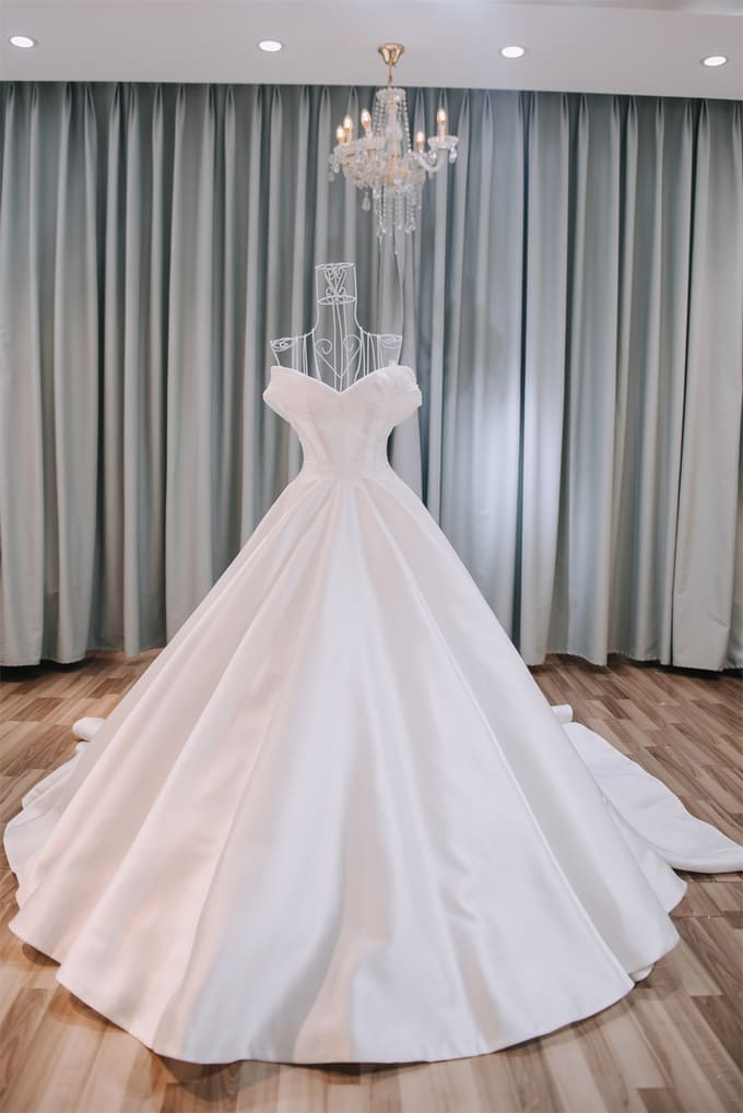 Tối giản mà nổi bật là 'đề bài' váy cưới của vợ Tiến Đạt đưa cho NTK